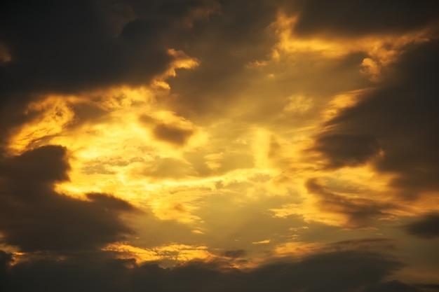 美しい嵐の夕焼け空。曇っている抽象的な背景。夕日の色。
