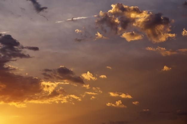 美しい嵐の夕焼け空。曇った抽象的な背景。