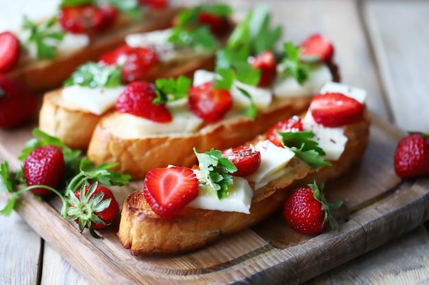 白いチーズと美しいイチゴのトースト