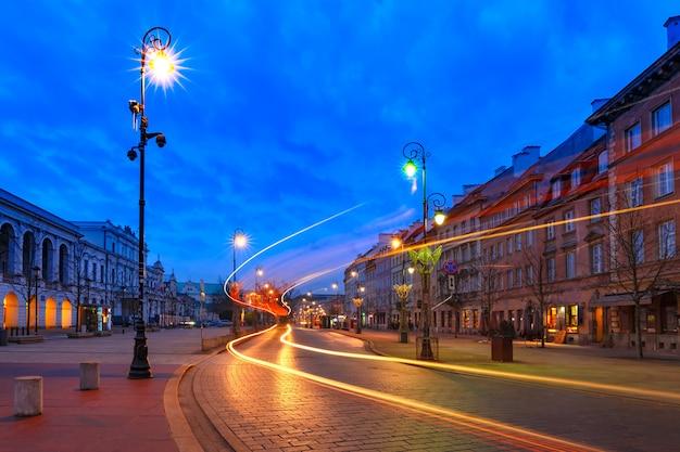 ポーランド、ワルシャワの旧市街の美しい通り