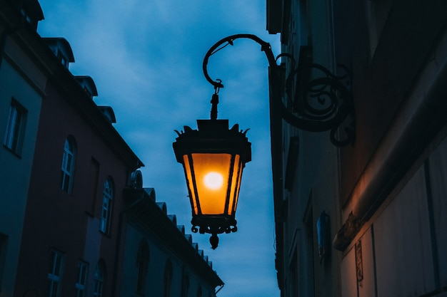 Красивые уличные фонари, освещенные вечером
