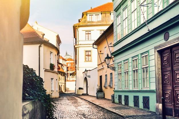 チェコ共和国プラハの古い建物のある美しい通り。