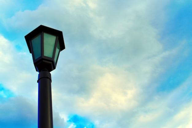 青い曇り空の美しい街灯