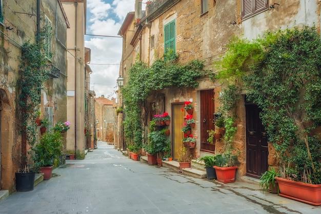 Красивые улочки тихого старинного городка в италии