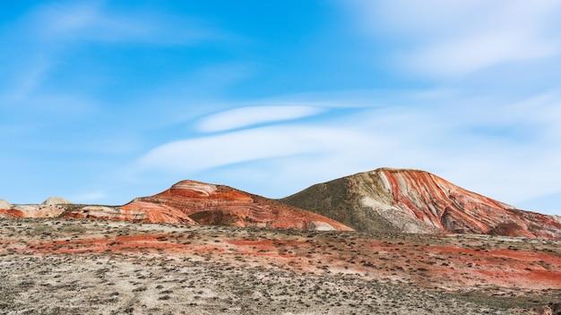 붉은 산의 아름다운 줄무늬 풍경