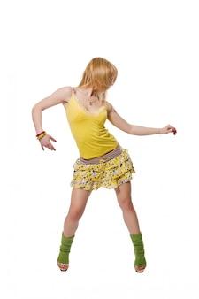 Bella stripper che indossa abito giallo su sfondo bianco
