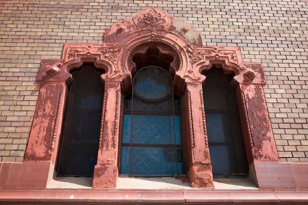 Красивое лепное окно на фасаде церкви в ужгороде