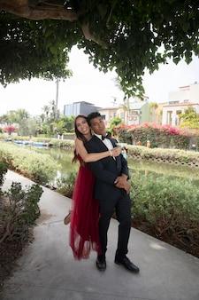 무도회에서 준비된 아름다운 학생 커플