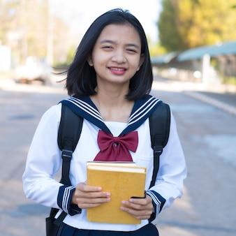 아름 다운 학생 학교에서 책을 잡아