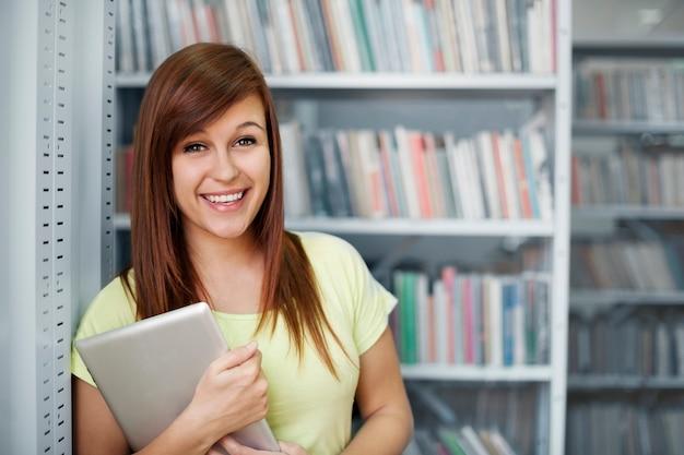 Bella studentessa in libreria