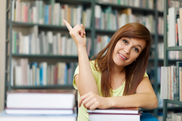 Copyspace 가리키는 아름 다운 학생