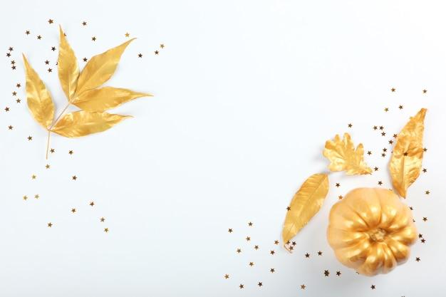 황금빛 잎과 호박이 있는 아름다운 세련된 가을 배경