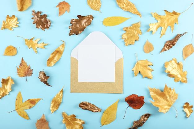 황금빛 잎이 있는 아름다운 세련된 가을 배경