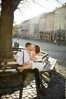 Красивая стильная пара, целующаяся на свидание на открытом воздухе в старом городе