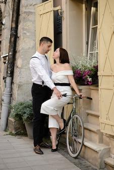 旧市街の通りでデートの美しいスタイリッシュなカップル。
