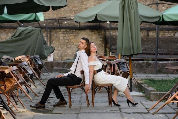 Красивая стильная пара на свидании на улицах старого города.