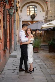 Красивая стильная пара на свидании на улицах старого города