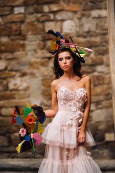 피렌체에서 촬영 된 핑크 웨딩 드레스의 아름다운 세련된 소녀 모델