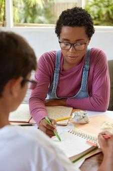 美しいスタイリッシュな女の子は数学に問題がある弟を助けようとします