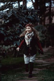 帽子をかぶった美しいスタイリッシュな女の子