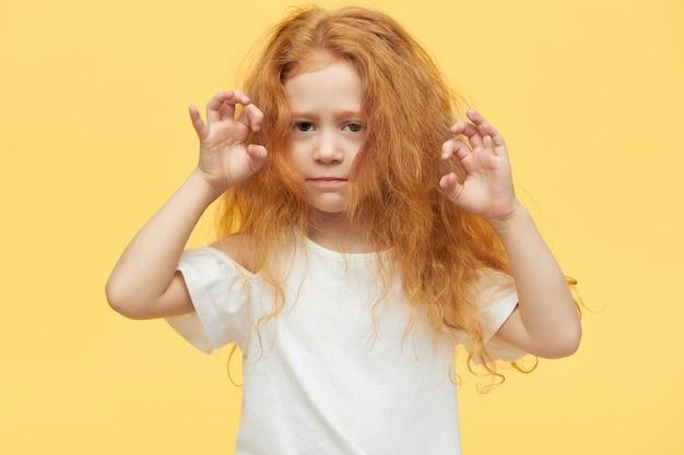 Bella bambina alla moda con lunghi capelli rossi