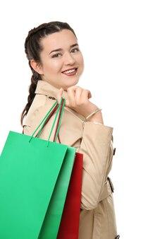 Красивая стильная полная женщина с хозяйственными сумками на белом фоне