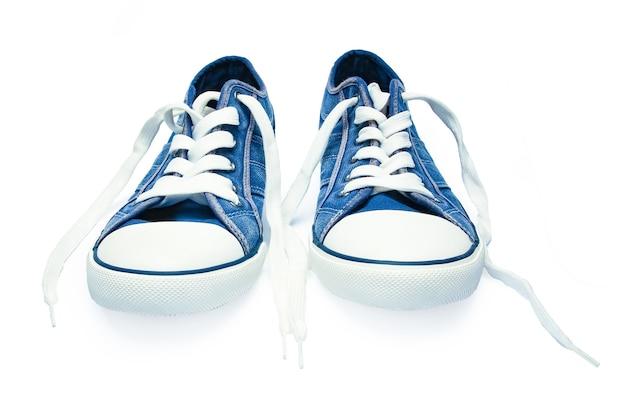 Красивая стильная обувь для спорта на белом фоне