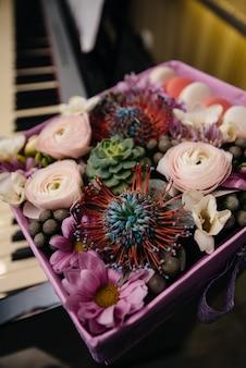 お祝いボックスの美しいスタイリッシュなウェディングブーケのクローズアップ