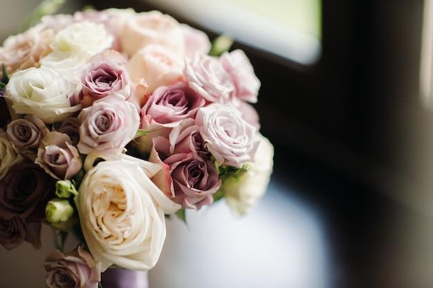 バラの美しいスタイリッシュなウェディングブーケ。結婚式の装飾