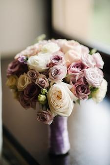 Красивый стильный свадебный букет с розами. свадебный декор. Premium Фотографии