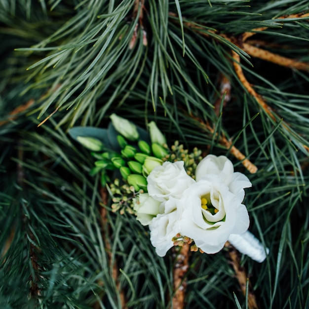 美しいスタイリッシュな結婚式のboutonniereクローズアップ