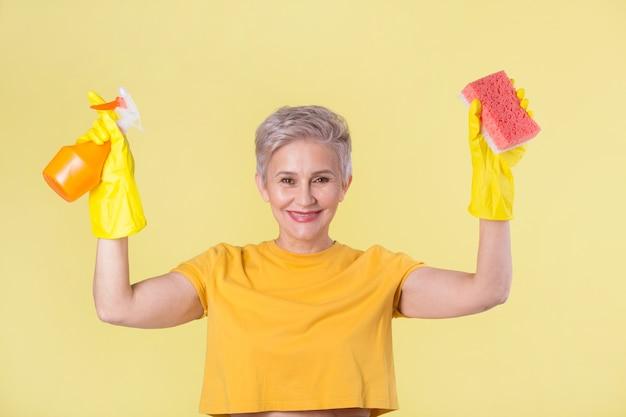 黄色のtシャツとゴム手袋の美しいスタイリッシュな女性