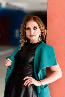 Красивая стильная женщина в кожаном платье