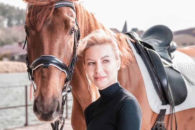 컨트리 클럽에서 말과 함께 산책하는 아름 다운 세련 된 여자. 승마 스포츠, 말 대여, 레저 개념. 혼합 매체