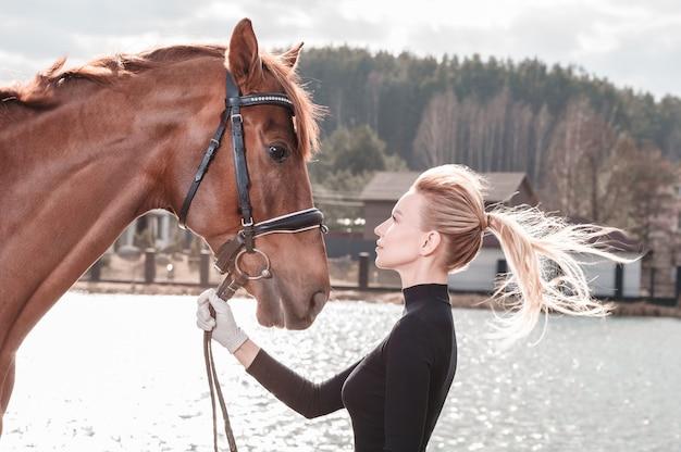 Красивая стильная женщина, идущая с лошадью в загородном клубе. конный спорт, прокат лошадей, концепция досуга. смешанная техника
