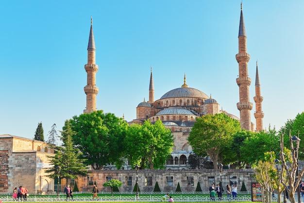 Красивая мечеть султана ахмеда - историческая мечеть в стамбуле, турция.