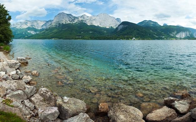 美しい夏のアルプス湖グルントル湖のパノラマ(オーストリア)。 3枚の合成画像。
