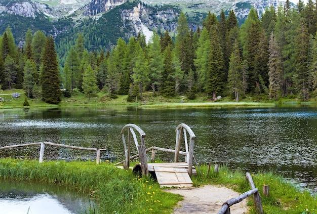 美しい夏の高山湖アントルノ湖の眺め(イタリアドロミテ)