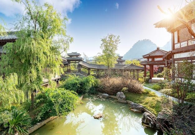 아름다운 여름, 중국 구이저우의 고대 도시 공원.