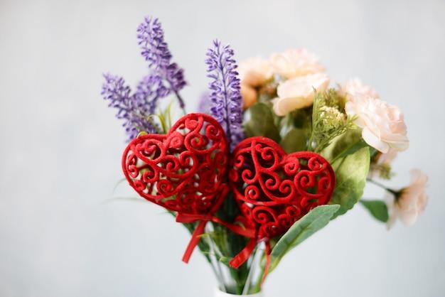 생일과 발렌타인 데이를위한 장미와 아름다운 여름 꽃다발