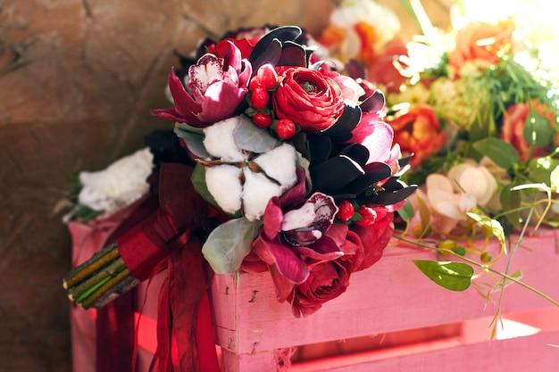여자를위한 아름 다운 여름 꽃 꽃다발입니다. 첫 데이트와 결혼 꽃다발. 밝은 색