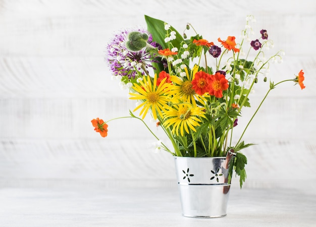 금속 양동이에 아름 다운 여름 꽃