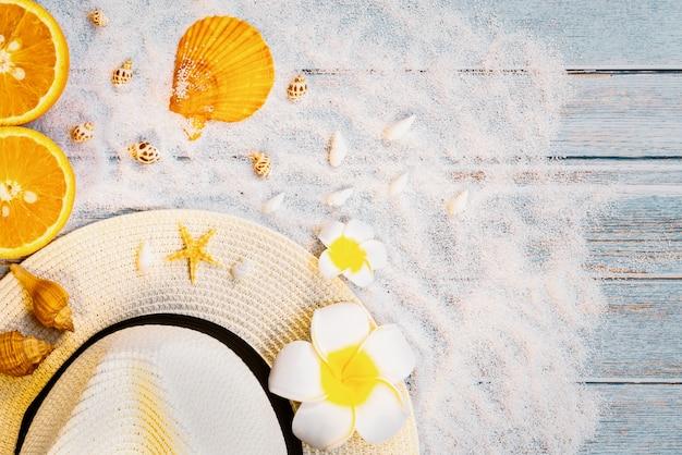 美しい夏の休日、ビーチアクセサリー、サングラス、帽子、オレンジ、木製の背景上のシェル
