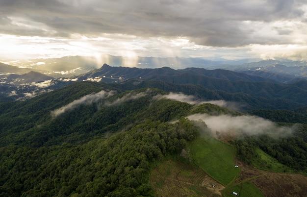 Красивый летний пейзаж в горах с дождем. вид сверху