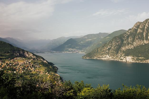 美しい夏の風景。イゼーオ湖、イタリア、アルプスの眺め。