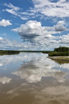 캄차카 강에서 아름 다운 여름 풍경 보기 아름 다운 구름과 물 러시아 f에 반사...