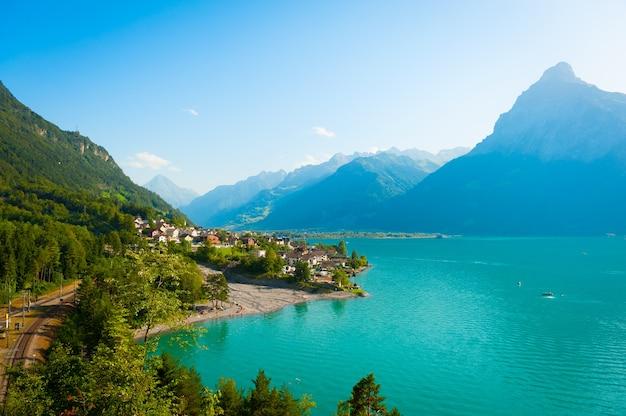 澄んだ山の湖と美しい夏の風景。
