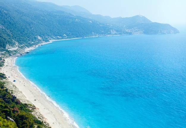 Красивый летний пляж на побережье лефкады (греция, ионическое море), вид сверху (все народы до неузнаваемости)