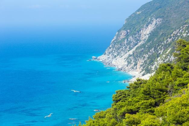 Красивый летний пляж на побережье лефкады (греция, ионическое море), вид сверху