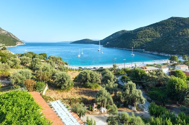 Красивое летнее побережье лефкады (греция, ионическое море), вид сверху
